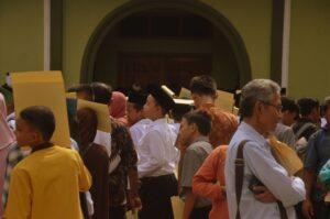 Para calon pelajar harus menunggu di luar ruangan karena kepadatan volume pendaftar di hari pertama.