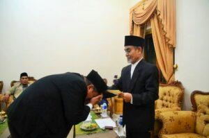 K.H. Hasan Abdullah Sahal saat memberikan surat pengukuhan kepada Dr. Husnan Bey Fananie.