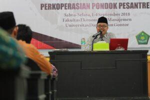Al-Ustadz Drs. H. Y. Suyoto Arief, M.S.I. saat menyampaikan materi tentang pelayanan prima anggota kopontren pada kegiatan Diklat Teknis Substantif Perkoperasian Pondok Pesantren di Hall Hotel Unida Inn, Universitas Darussalam Gontor.